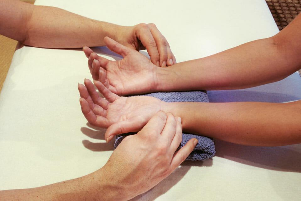 Die Eigenregulation in Gang bringen bedeutet, dass als orthodpädisch arbeitender Heilpraktiker meine Hände mein Werkzeug sind.